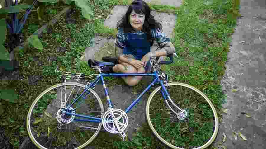 A designer gráfica Kareen Sayuri, que usa a bicicleta constantemente. - Marcelo Justo/UOL