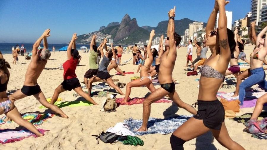 Ioga na praia de Ipanema - Divulgação