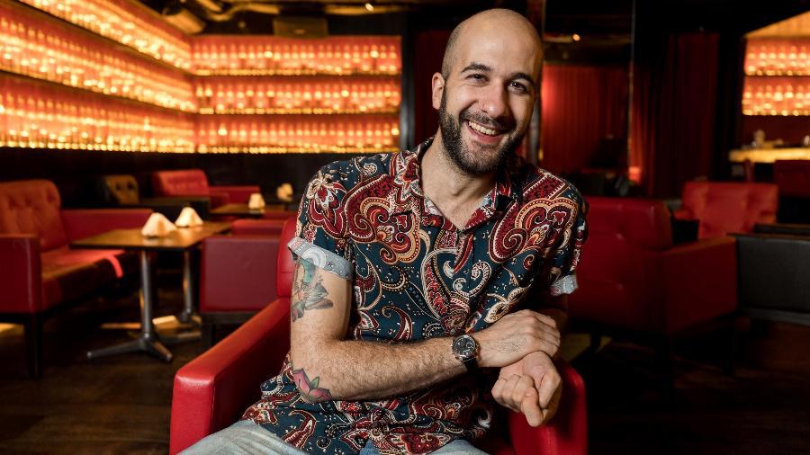 O barman Fabio La Pietra comanda o bar SubAstor - Rubens Kato / Divulgação