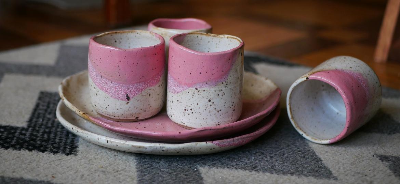 Copos e pratos de cerâmica da Capotinhos - Divulgação