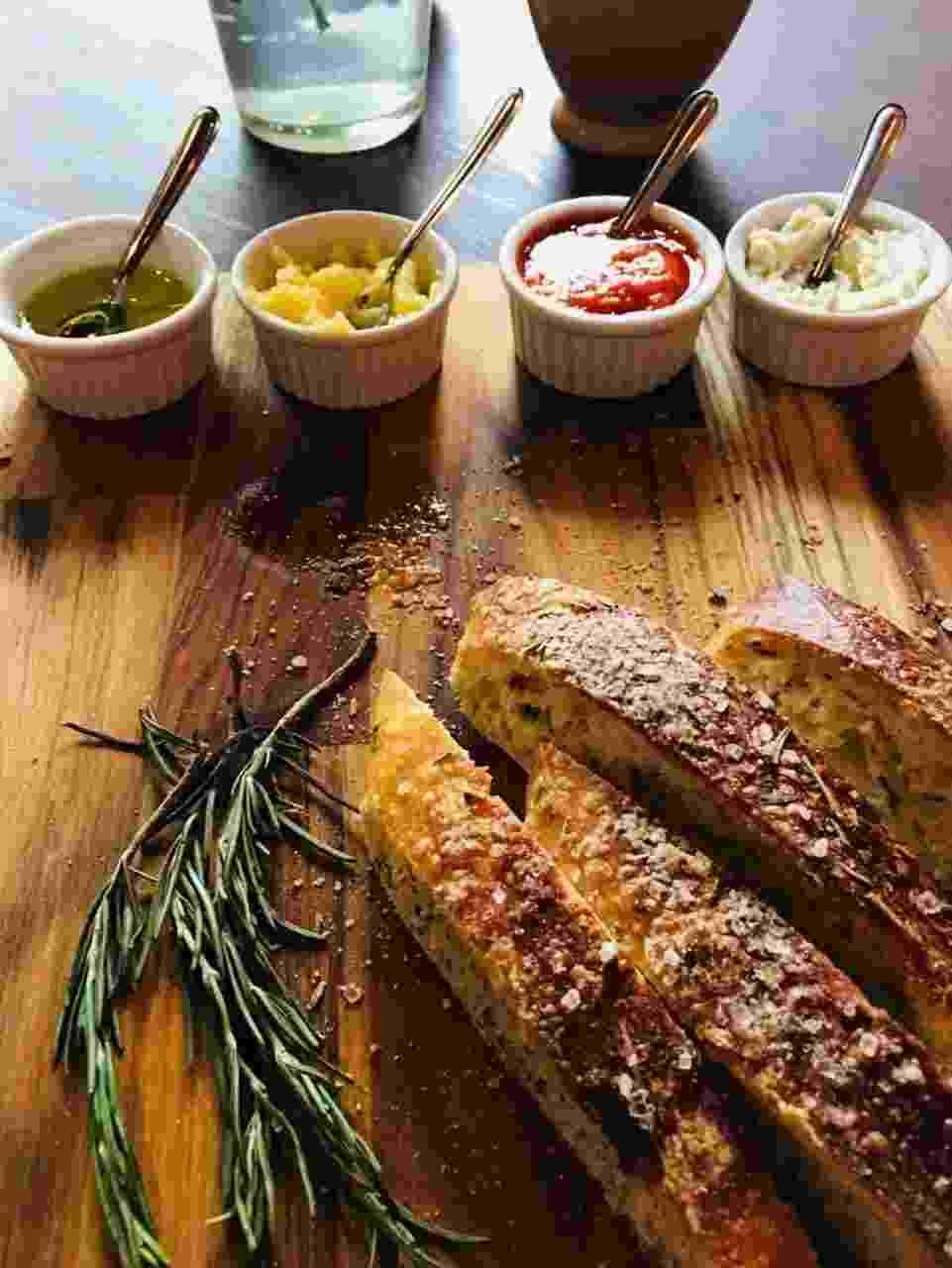 A Santiago Padaria Artesanal vende pães de fermentação natural que podem ser consumidos no local com manteigas e geleias - Divulgação
