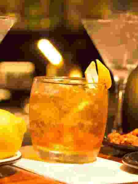 Drinque Blanc Negroni, do Firmina Central Pizza & Bar - Divulgação