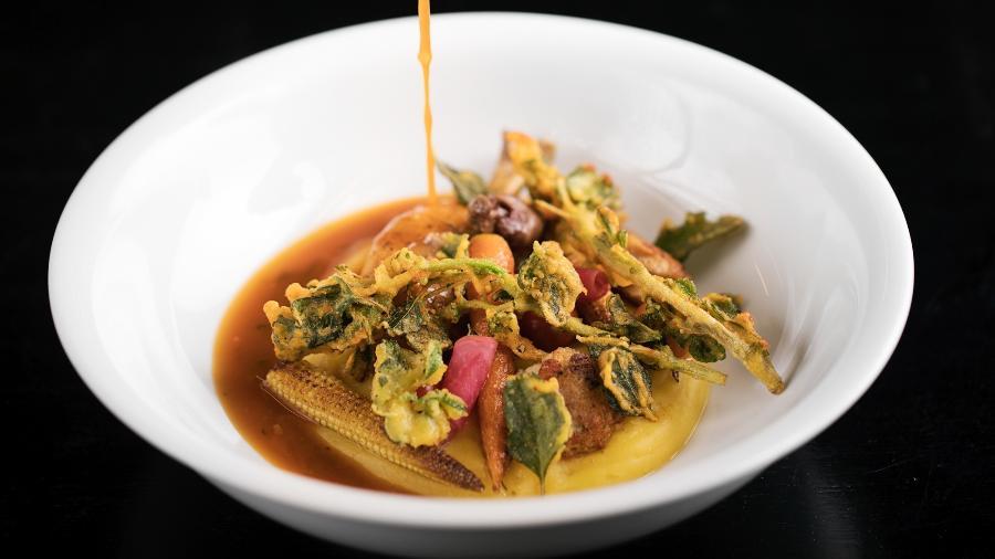 Frango guisado com tempura de caruru, do Balaio IMS - Carol Gherardi / Divulgação