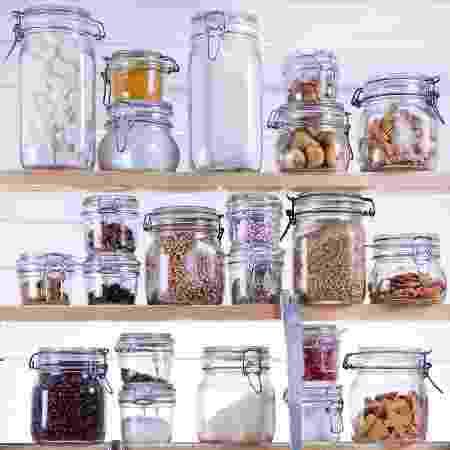 Açúcar e café podem ficar na bancada ou prateleira, desde que fechados, em um recipiente - iStock