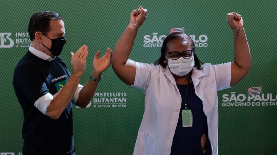 A enfermeira do hospital Emílio Ribas, Monica Calazans, se tornou ontem a primeira vacinada contra a covid-19 no Brasil - Eduardo Anizelli/Folhapress