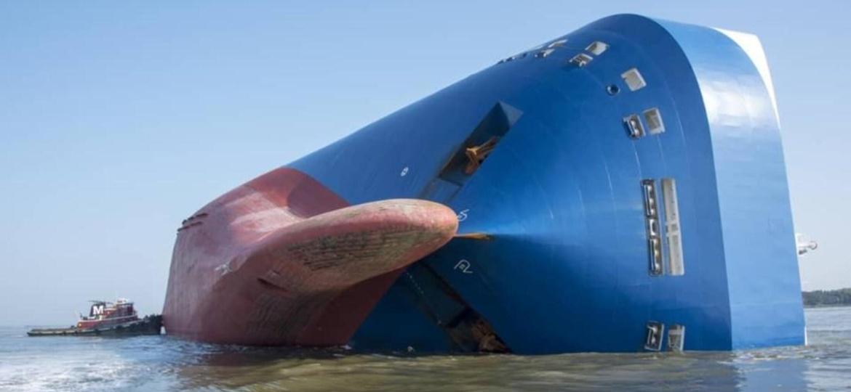 Cargueiro MV Golden Ray encalhou e tombou em setembro do ano passado na costa leste dos EUA com carga avaliada em US$ 80 milhões (R$ 412,6 milhões) - NOAA