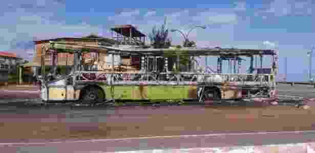 Ônibus incendiado por criminosos no município de Raposa, região metropolitana de São Luís - Domingos Costa/Divulgação