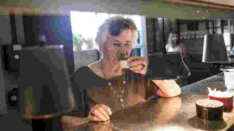 Receita de Família - Bacalhau à Molicata dos Lorenti - Maria Lorenti assiste ao preparo do Bacalhau à Molicata - Keiny Andrade/UOL - Keiny Andrade/UOL