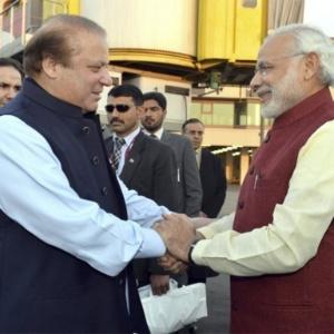 Narendra Modi (à dir.), premiê indiano, durante encontro com o primeiro-ministro do Paquistão, Nawaz Sharif