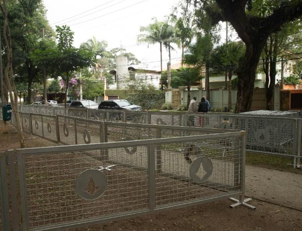 Grades foram colocados em frente à residência de Michel Temer, em São Paulo