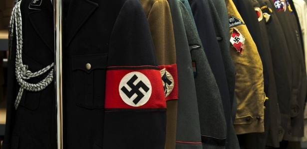 Uniformes com a suástica nazista