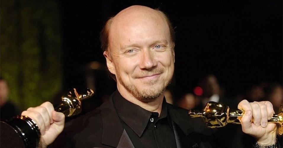 O diretor Paul Haggis posa com dois Oscars vencidos por Crash em 2006