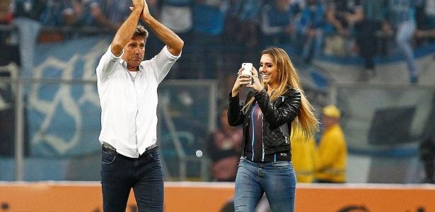Renato Gaúcho e a filha Carol Portaluppi no gramado da Arena Grêmio