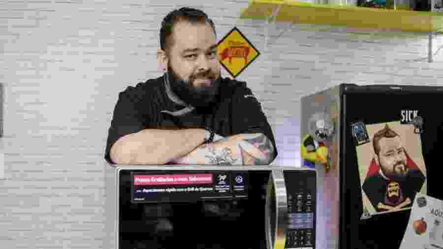 """No canal """"Micro Sobrevivência"""", Filipe Nascimento faz receitas 100% no micro-ondas - Divulgação"""