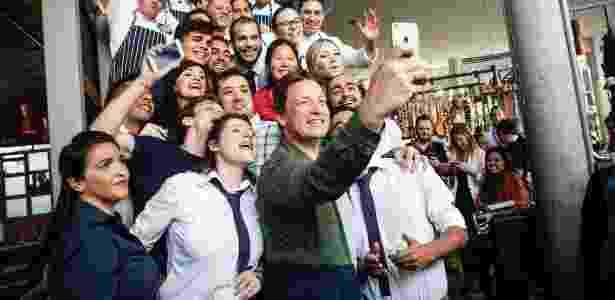Jamie Oliver faz selfie com funcionários de seu restaurante em São Paulo - Lucas Lima/UOL