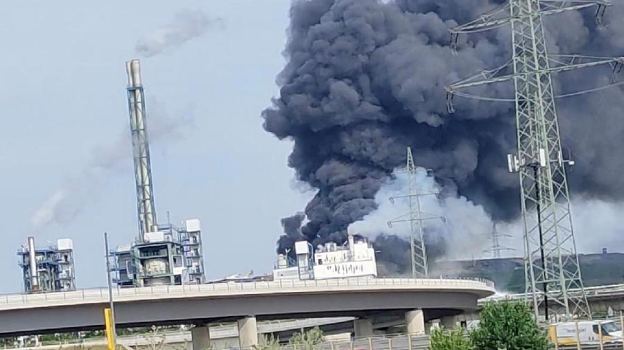 Nuvem de fumaça após a explosão em um parque industrial em Leverkusen, na Alemanha - Instagram/Rogerbakowsky/Reuters