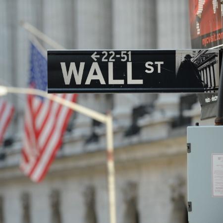 Wall Street, tradicional centro financeiro, em frente à Dow Jones Bolsa de Valores de Nova York, nos Estados Unidos - Stan Honda/AFP