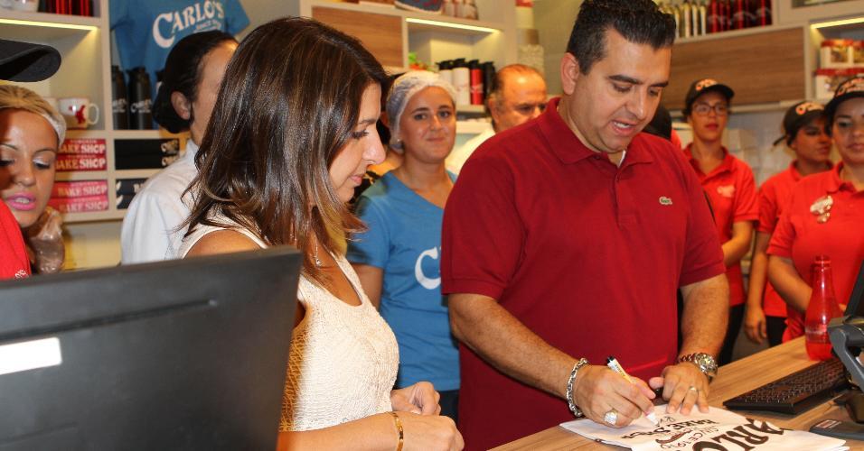 Buddy Valastro dá autógrafos durante visita surpresa na unidade da Carlo's Bakery em São Paulo