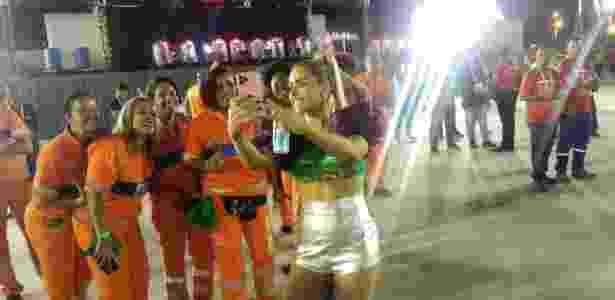 Monique Alfradique registra clique com os garis na Sapucaí - Igor Mello/UOL