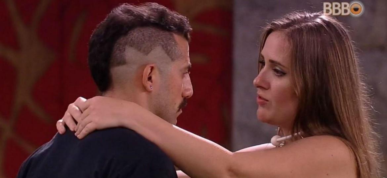 Kaysar e Patrícia se abraçam - Reprodução/Globoplay