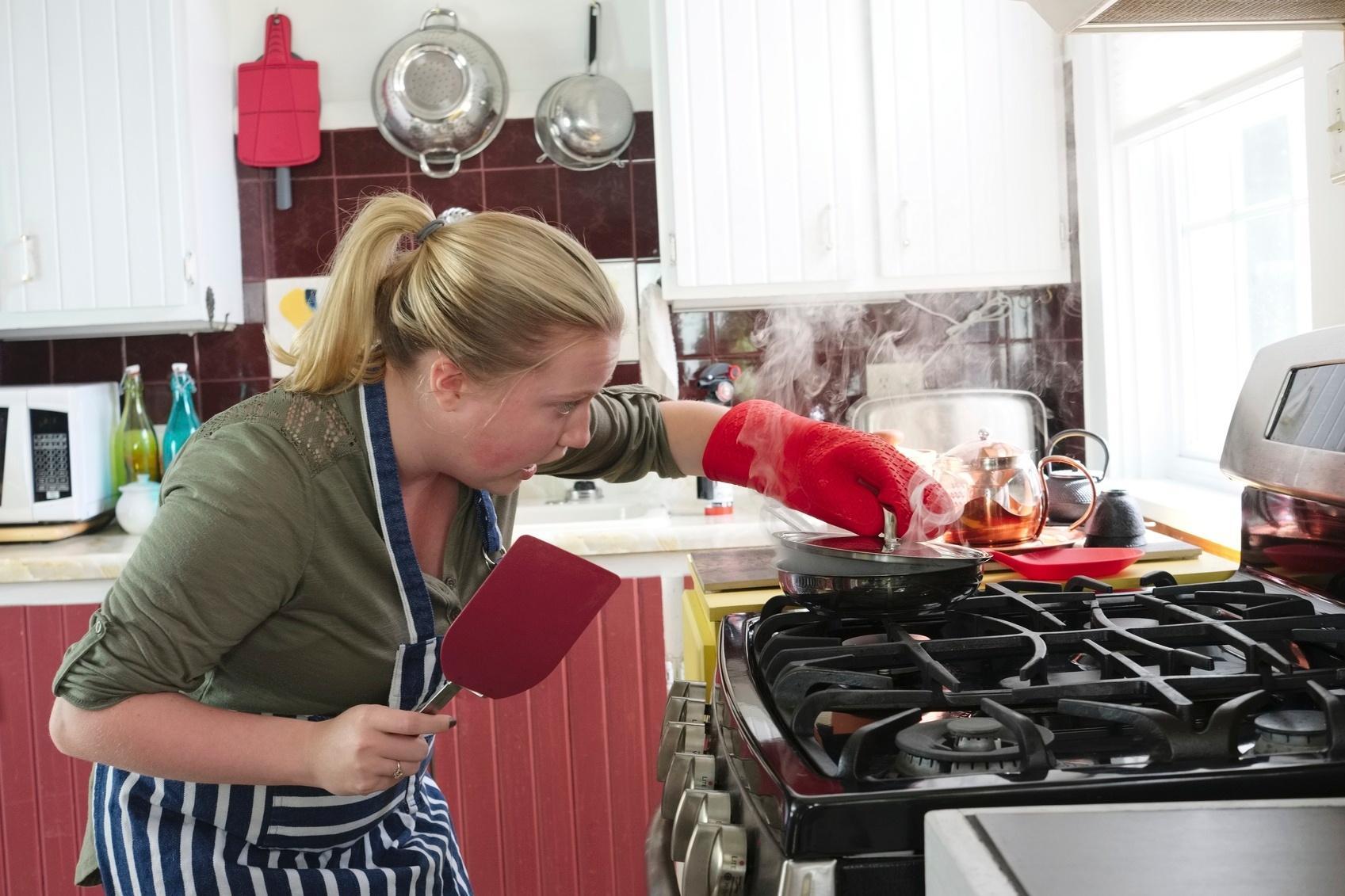 Medo de óleo quente e panela de pressão: como evitar acidentes na cozinha?  - 29/04/2017 - UOL Nossa