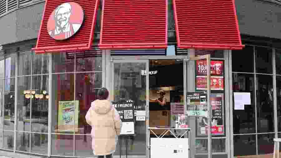 Cliente faz pedido do lado de fora de restaurante de rede KFC - Reuters
