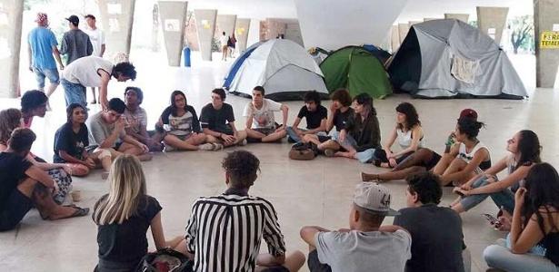 Estudantes reunidos no Colégio Estadual Central, em Belo Horizonte, onde há ocupação