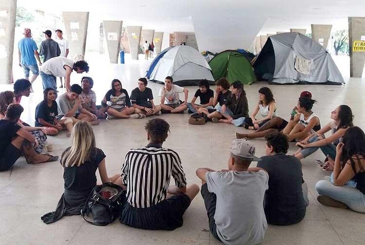 Estudantes reunidos no Colégio Estadual Central, em Belo Horizonte, onde há ocupação e aonde políticos irão votar