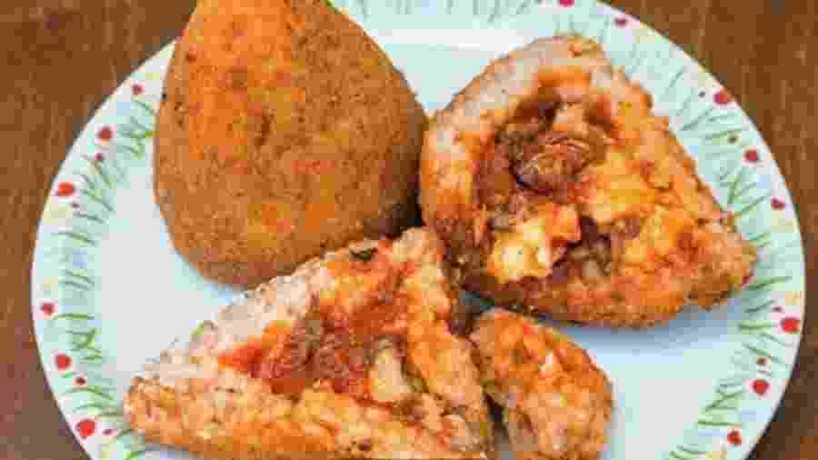 Arancini (ou arancine) são bolas de arroz fritas e recheadas com carne ou legumes - Valery Voennyy/Alamy/BBC