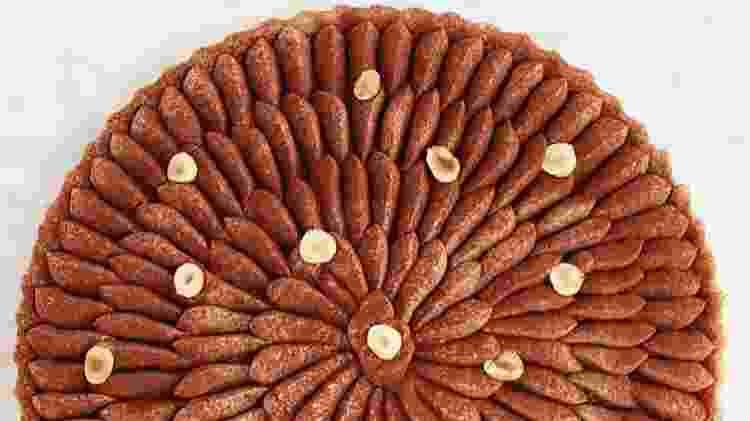 Torta com base pâte sucrée, recheio de caramelo salgado e cobertura de ganache batida de chocolate amargo - Repordução Instagram @biaszasz