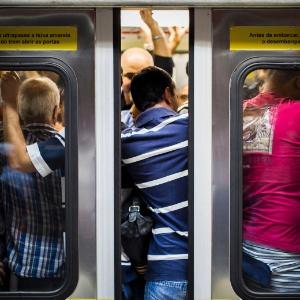 Vagão lotado na estação Anhangabaú do metrô de São Paulo, linha 3-Vermelha