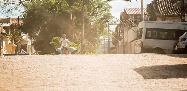 Seis meses após queda de barragem, poeira de lama da mineiradora Samarco invadiu a vila de Barra Longa (MG)