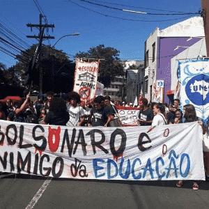 30.mai.2019 - Em Salvador (BA), estudantes carregam faixa com os dizeres: Bolsonaro é inimigo da educação - Reprodução/Facebook/Levante Popular da Juventude