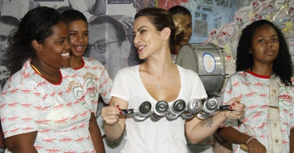 13.dez.2012 - A atriz Cleo Pires visitou o barracão da escola de samba carioca Acadêmicos do Grande Rio, na Cidade do Samba, zona portuária do Rio