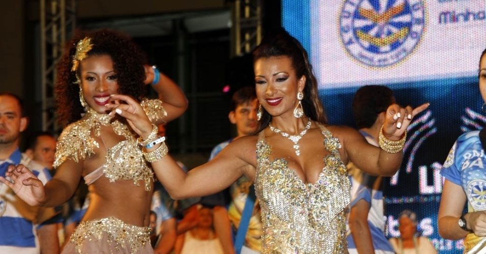 15.dez.2012 - Cinthia Santos, madrinha da Águia de Ouro, participou do lançamento do CD com os sambas do Carnaval 2013 de São Paulo no sambódromo do Anhembi