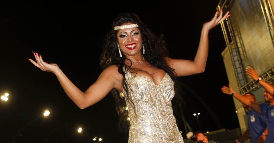 15.dez.2012 - Deborah Caetano, rainha da bateria da Nenê de Vila Matilde, participou do lançamento do CD com os sambas do Carnaval 2013 de São Paulo no sambódromo do Anhembi