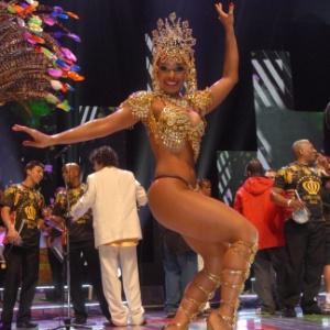Um corpo enxuto, como o da passista da Vai-Vai, é o desejo das mulheres no carnaval. Dieta com fibras ajuda a eliminar até quatro quilos para a folia - TV Globo/ Reprodução