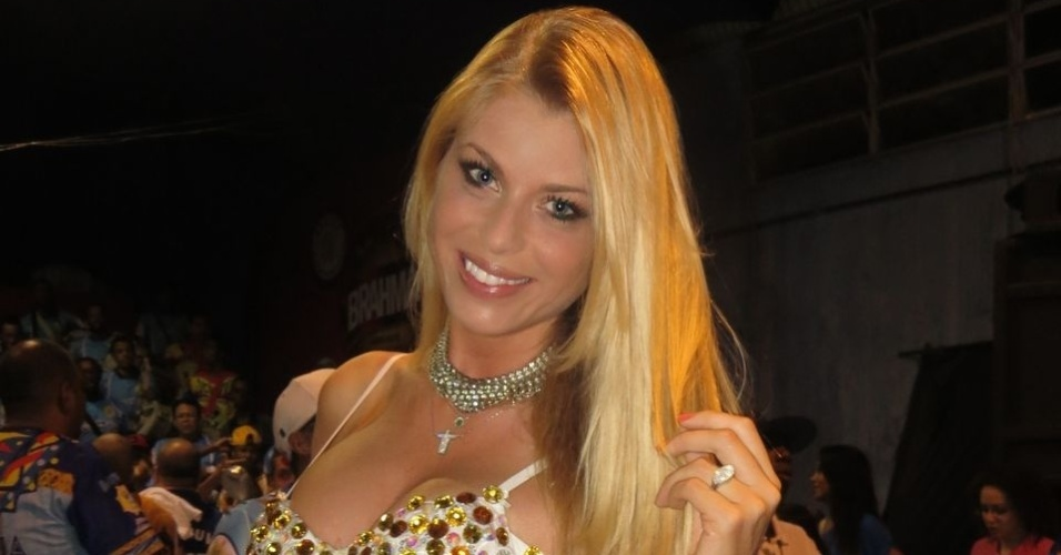 A modelo Caroline Bittencourt desfilará pelo segundo ano consecutivo como madrinha da escola (15/12/12)