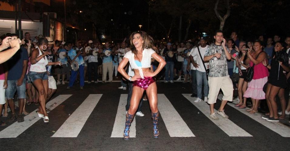 19.dez.2012 - Sabrina Sato exibiu o corpão sarado vestindo shortinho curto e blusa decotada no ensaio técnico de rua da Vila Isabel, no Rio de Janeiro. Sabrina é a Rainha de Bateria da escola de samba carioca