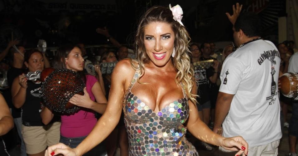 21.dez.2012 - A rainha da Gaviões da Fiel, Tatiane Minerato, samba no ensaio técnico da escola no Anhembi, em São Paulo
