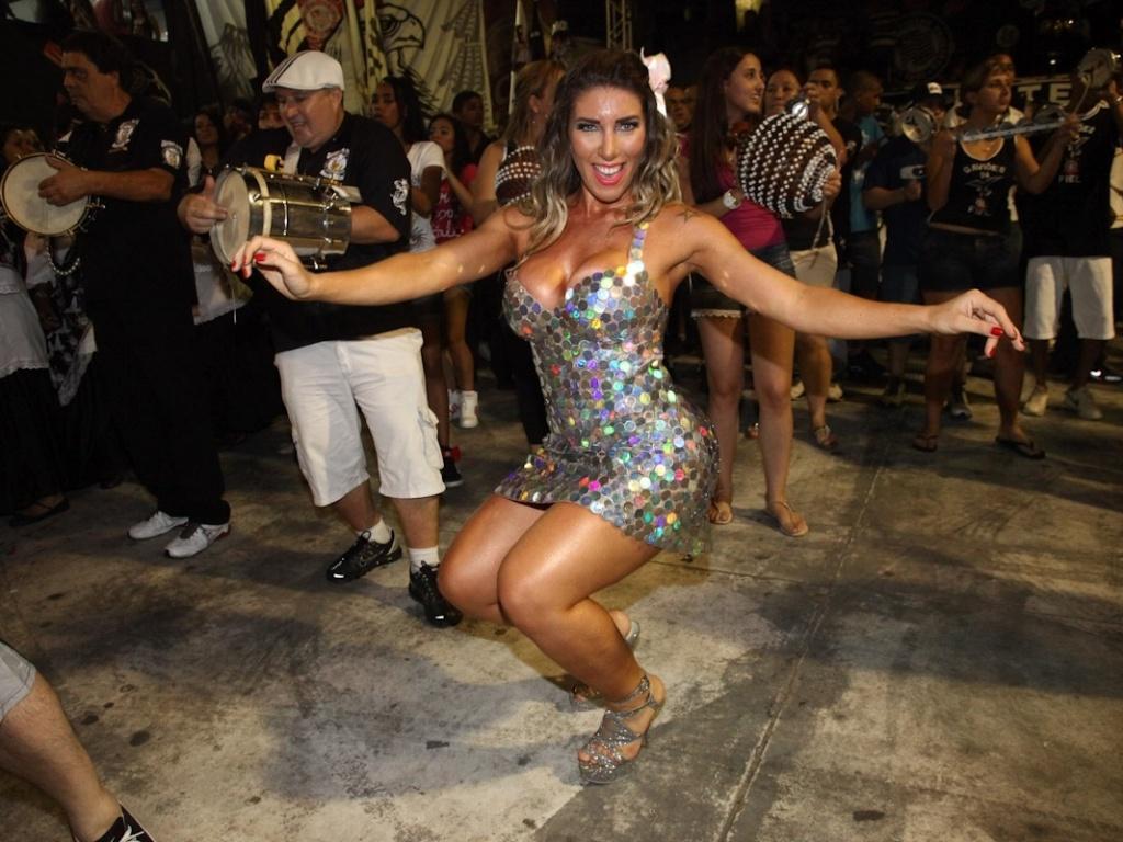 21.dez.2012 - A rainha da Gaviões da Fiel, Tatiane Minerato, samba no ensaio da escola no Anhembi, em São Paulo