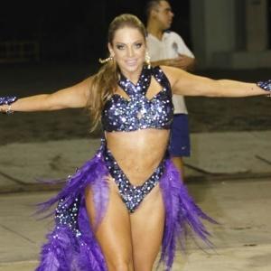 21.dez.2012 - Jéssica Lopes no ensaio técnico da Império de Casa Verde no Anhembi, em São Paulo. A escola leva à passarela o enredo