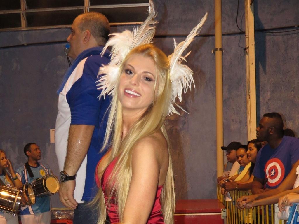 A modelo Caroline Bittencourt, madrinha da Acadêmicos do Tucuruvi, esteve no último ensaio do ano da escola, no último sábado (22/12/12)