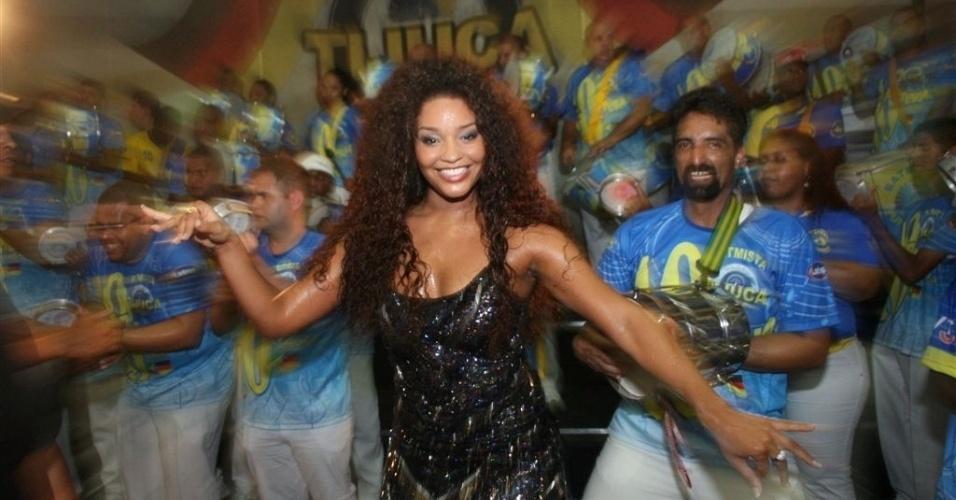 Dez.2012 - Juliana Alves ensaia à frente da bateria da Unidos da Tijuca