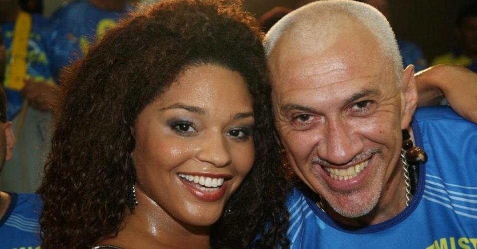 Dez.2012 - Juliana posa ao lado do mestre Casagrande, que comanda a bateria Pura Cadência da Unidos da Tijuca