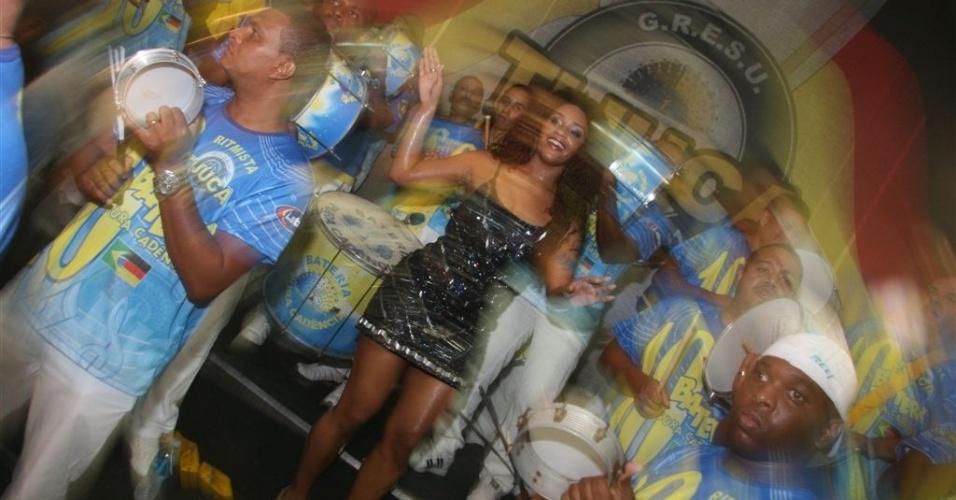 Dez.2012 - Rainha pela 1ª vez, Juliana Alves ensaia à frente da bateria da Unidos da Tijuca
