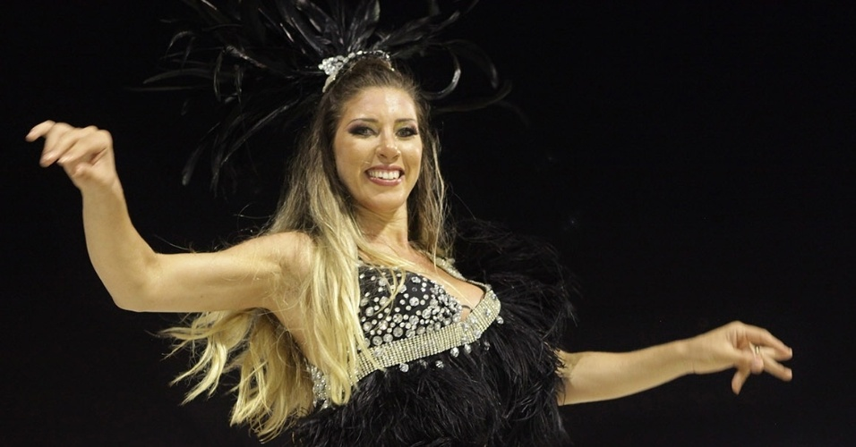 5.jan.2013 - A rainha da Gaviões e fiel corintiana Tatiane Minerato marcou presença no ensaio técnico do Carnaval 2013 no Sambódromo do Anhembi, em São Paulo