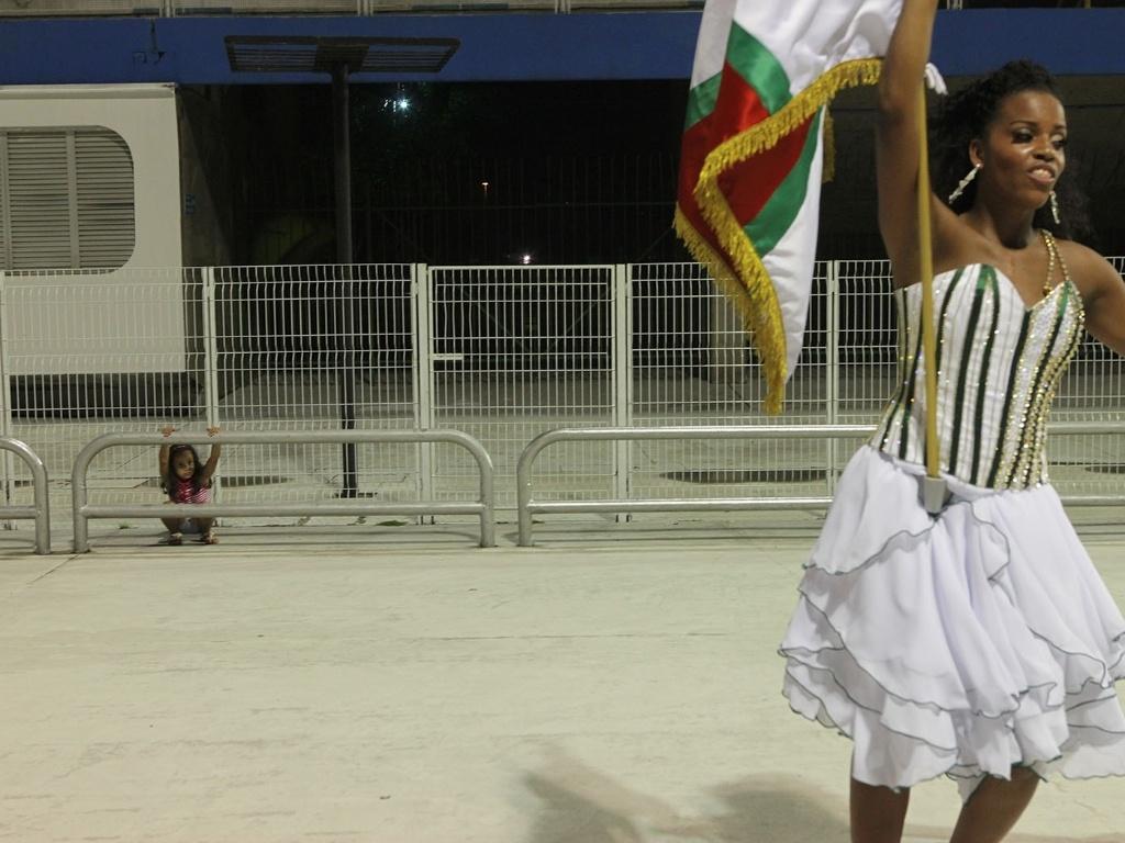 5.jan.2013 - O público que esteve neste sábado (5) no Sambódromo do Anhembi, em São Paulo, pôde conferir um pouco do que a X-9 Paulistana e a Gaviões da Fiel apresentarão na avenida neste Carnaval, com o primeiro ensaio técnico deste ano