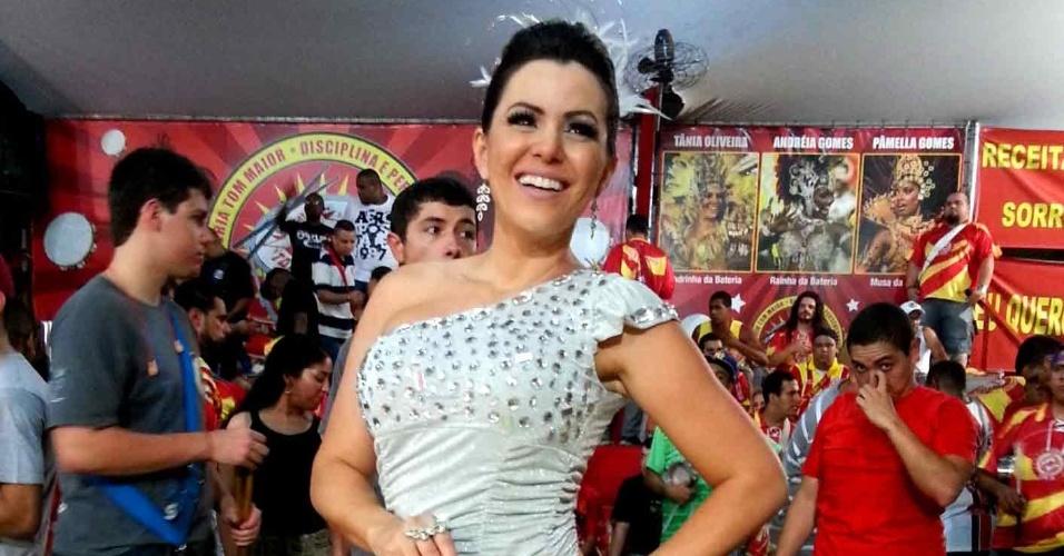5.jan.2013 - Tânia Oliveira, madrinha de bateria da escola de samba Tom Maior, foi a mais um ensaio da vermelho e amarelo paulistana na noite de sábado