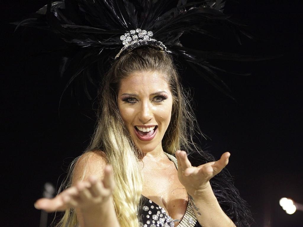 5.jan.2013 - Tatiane Minerato chegou de uma viagem a Fortaleza pouco antes do horário marcado para o início do ensaio da Gaviões da Fiel e mesmo assim fez questão de participa
